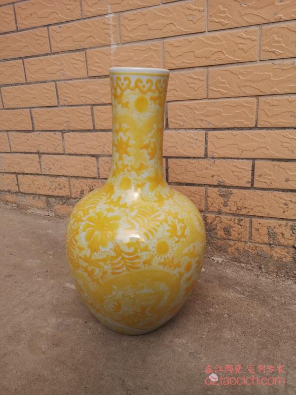 上图:盛江陶瓷定制颜色釉黄釉大花瓶串花九龙纹 天球瓶正面 图 购买请点击图片