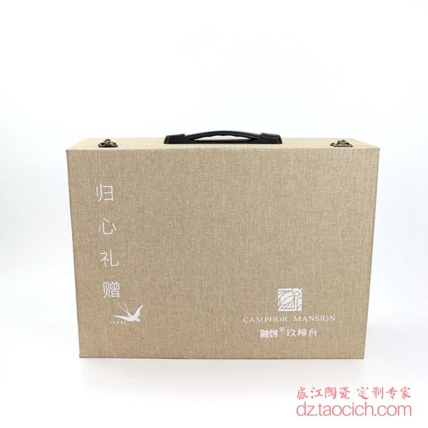 上图:盛江陶瓷为上海顾客定制的16头花鸟秋锦图案套装餐具锦盒图片 购买请点击图