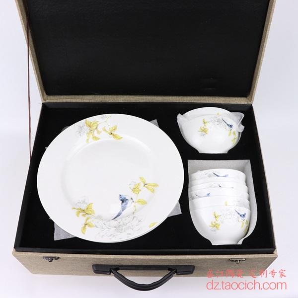 上图:盛江陶瓷为上海顾客定制的16头花鸟秋锦图案套装餐具 购买请点击图片