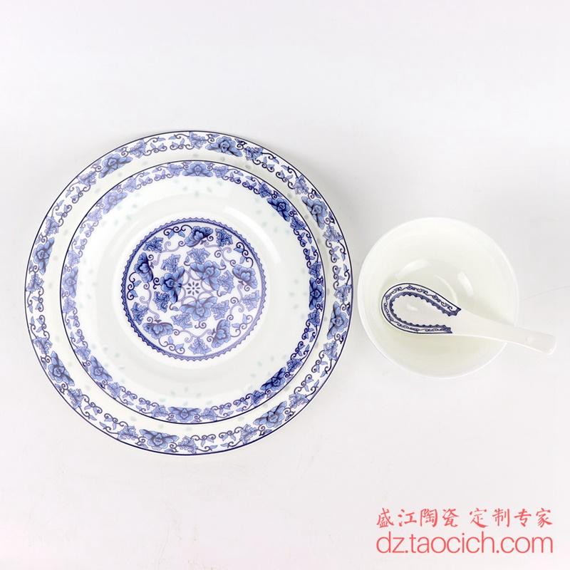 上图:青花玲珑缠枝牡丹纹餐具四件套
